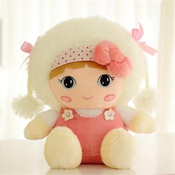 小女孩抱布娃娃
